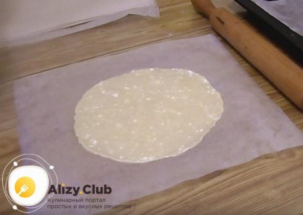 Каждую заготовку раскатываем на смазанным растительным маслом листе пергамента в тонкий корж.