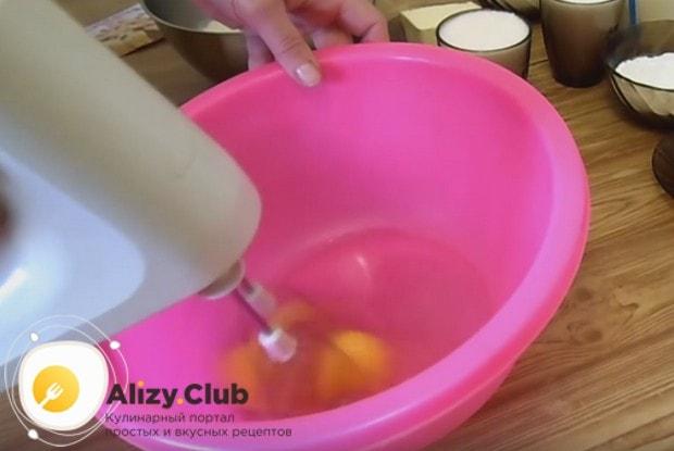 Взбиваем в пышную пену яйца с солью.