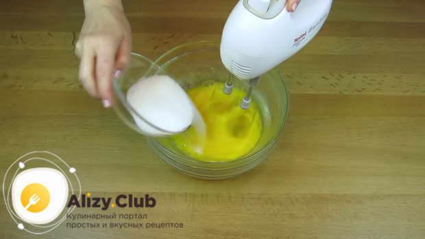 Взбалтываем яйца миксером до однородности