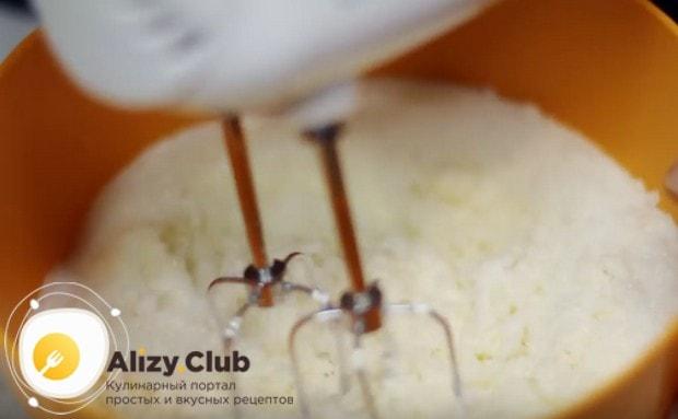 Взбиваем миксером густую сметану с сахарной пудрой.