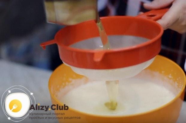 Процеживаем в крем жидкий желатин.