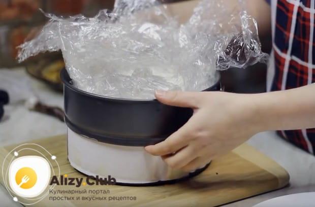 После того, как торт настоится в холодильнике и застынет, освобождаем его от формы.