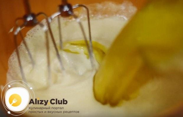 Добавляем к желткам сахар, а также растопленное сливочное масло.