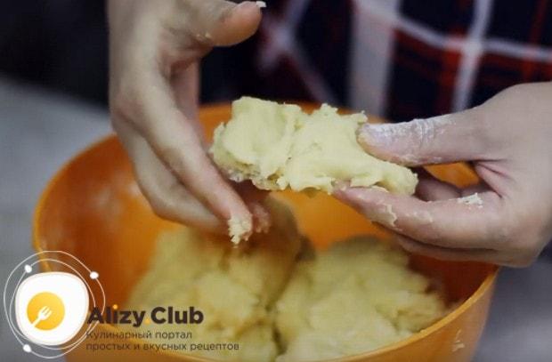Добавляем муку и замешиваем мягкое тесто.