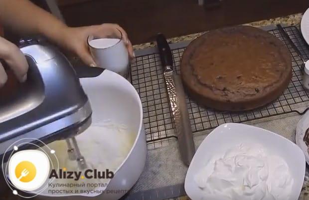 Для приготовления крема взбиваем масло с сахаром.