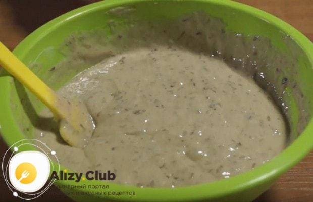 После добавления соды тесто должно начать немного пузыриться.