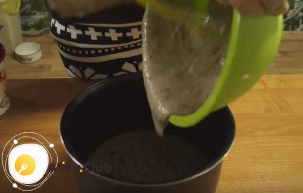 Переливаем тесто в смазанную маслом чашу мультиварки.