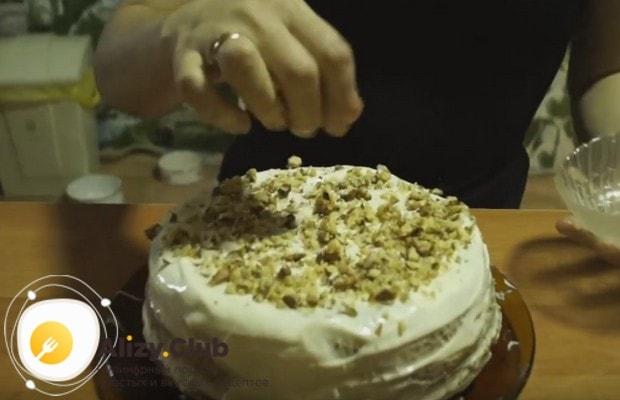Верх и бока торта тоже обмазываем кремом и посыпаем орешками.