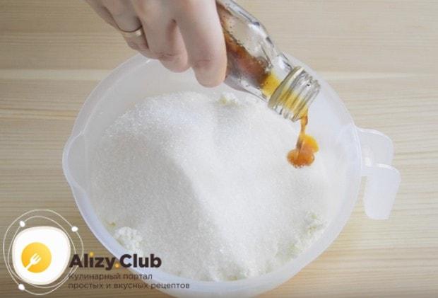 Для крема соединяем часть сливок, сахар и ванильный экстракт.