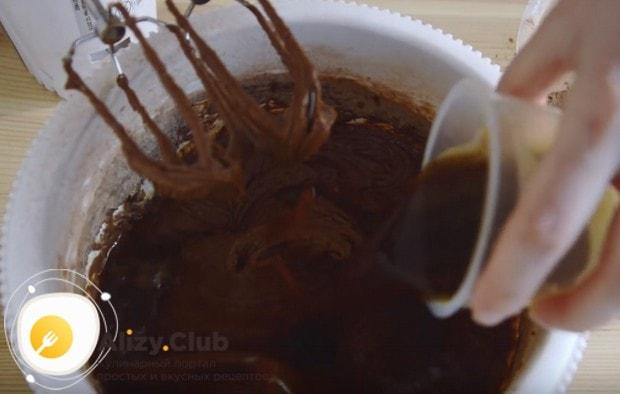Вливаем в тесто горячий кофе.