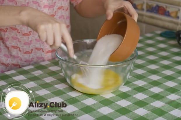 В отдельной миске взбиваем яйца с добавлением сахара.