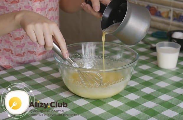 Вводим в тесто растопленное сливочное масло.