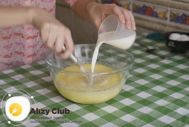 Добавляем молоко и уксус и перемешиваем.