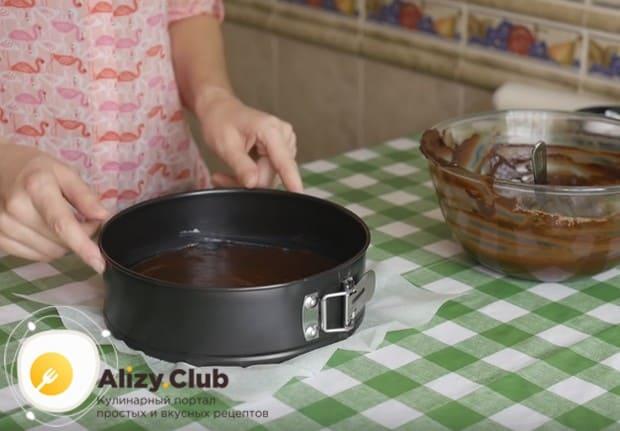 Непременно разровняйте тесто в форме перед отправкой в духовку.