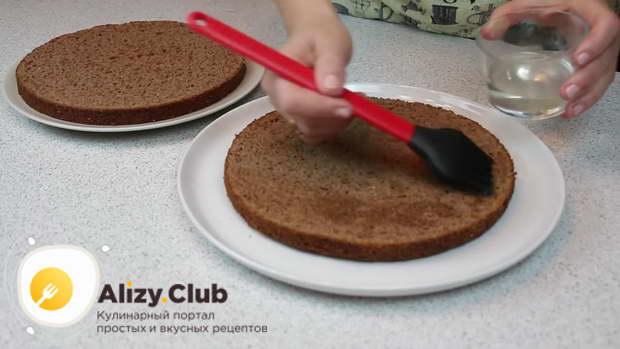 Сахарным сиропом пропитываем обильно 2 коржа