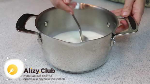 В кастрюлю кладем 180 г сгущенного молока