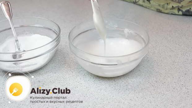 Для приготовления глазури смешаем 100-150 г сахарной пудры