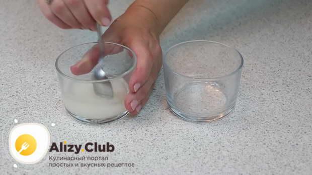 В емкости смешиваем 50 г сахара и 50 мл воды