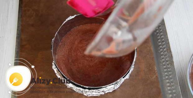 Выливаем в одну форму для выпекания половину шоколадного теста