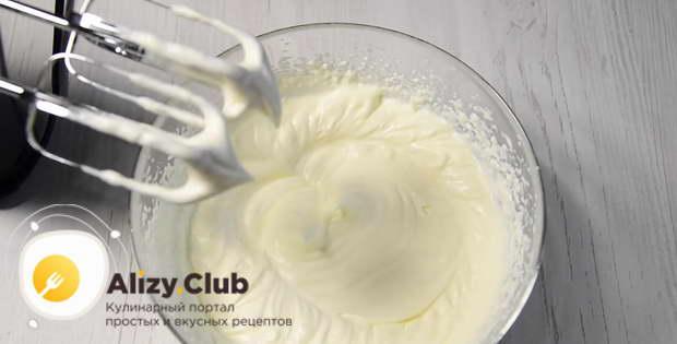 Высыпаем остатки сахарной пудры и взбиваем на той же скорости смесь до состояния мягких пиков