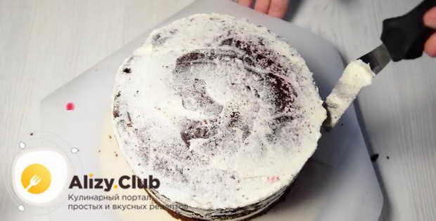 Остатками крема смазываем верхушку и боковые поверхности уже готового торта