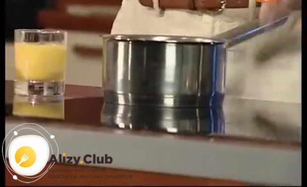 Смешиваем в сотейнике по 110-120 мл молока и сливок