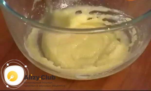 В отдельной посуде перемешиваем 4 желтка и 130-150 г сахара
