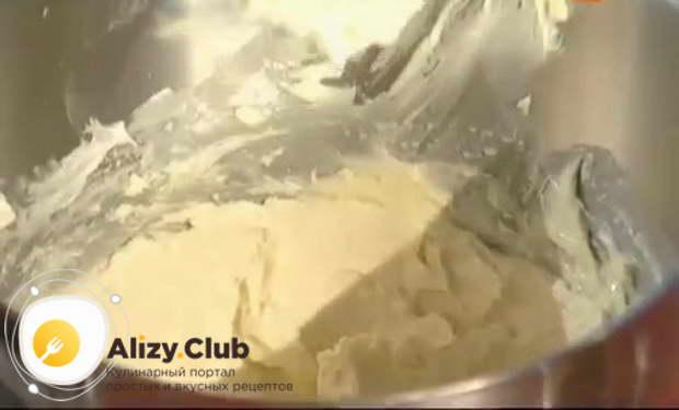 В чашу комбайна выкладываем 280-300 г мягкого сливочного масла