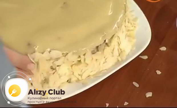 украшаем бока торта 45-50 г миндальных лепестков