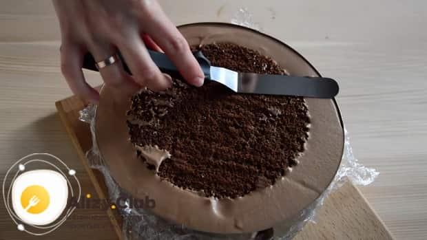 Для приготовления торта три шоколада, выложите все слои мусса в форму
