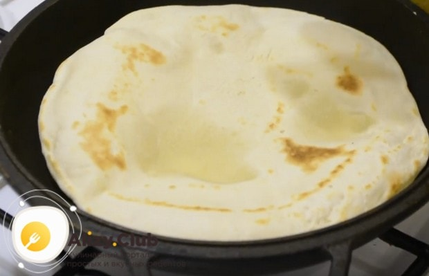 Пшеничная тортилья жарится на сухой сковороде до появления характерных коричневых пятнышек.
