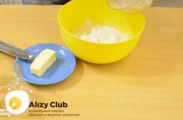Просеиваем муку и перемешиваем ее с солью.