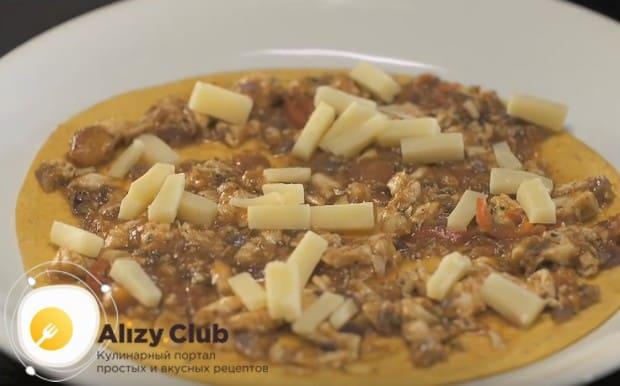 На начинку кладем кусочки сыра или натираем его на терке.