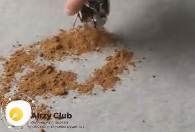 Насыпаем на ровную поверхность какао, в котором будем обваливать конфеты.