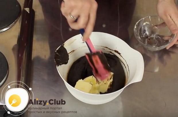 Добавляем в шоколадную массу сливочное масло, снова тщательно перемешиваем.