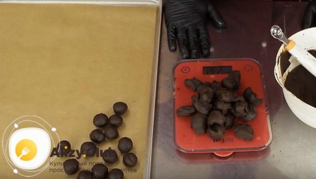 Из загустевшей смеси формируем конфеты.