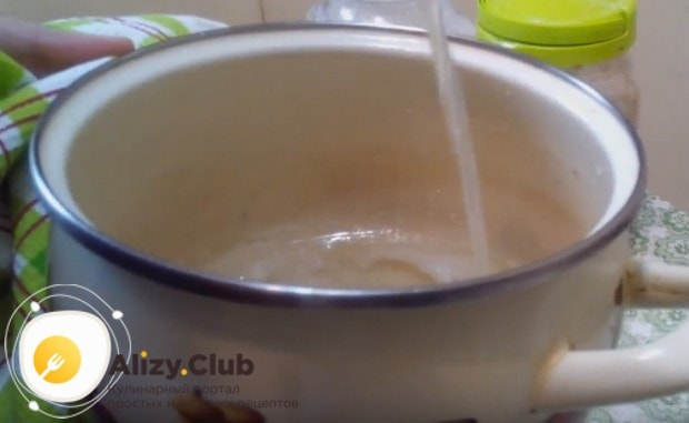Соединяем воду с сахаром и варим однородный сироп.