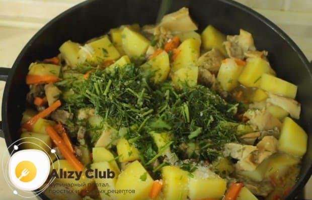 Под конец посыпаем блюдо измельченной свежей или мороженной зеленью.