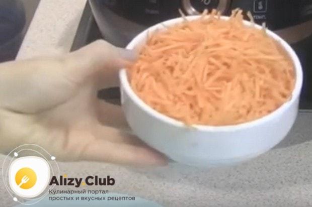 Морковь трем на средней или крупной терке.