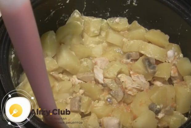 Перемешиваем нашу тушеную картошку с шампиньонами.