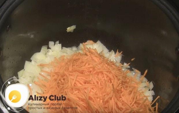 Выкладываем в мультиварку морковь и лук.