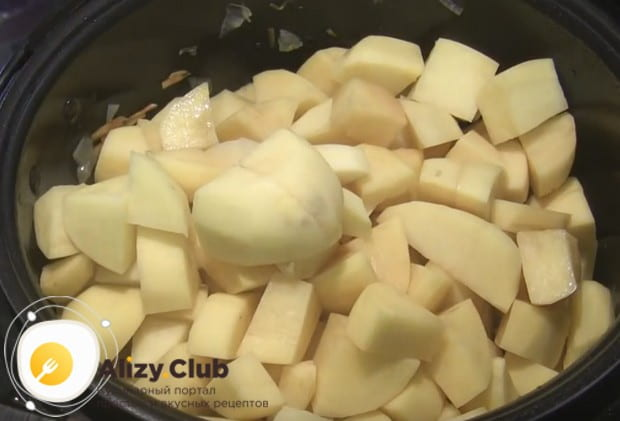 Самое время добавить картофель.