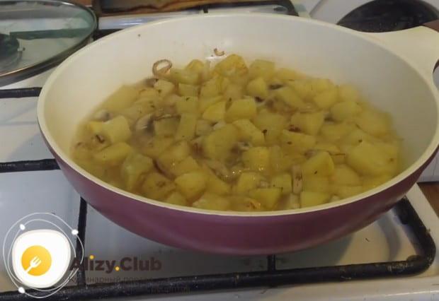 Такую тушеную картошку можно приготовить с сушеными грибами.