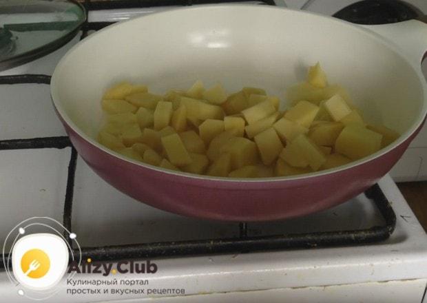 Выкладываем картошку на сковороду, но не мешаем.