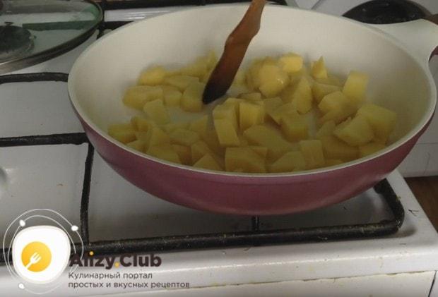 Через минут 5 можно перемешать картошку.