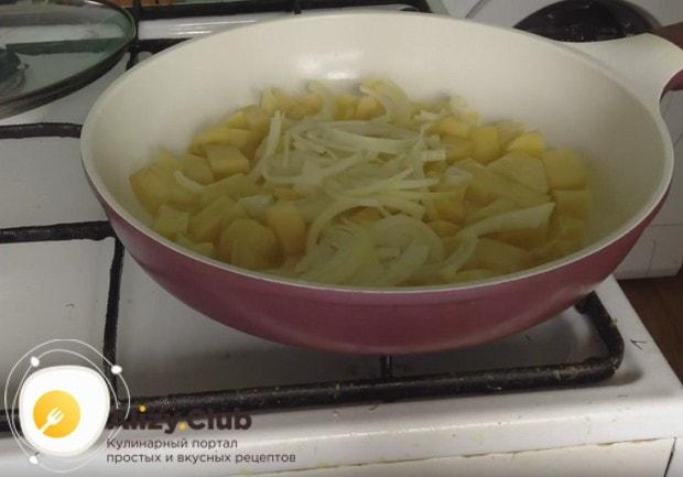 Добавляем к картофелю лук.