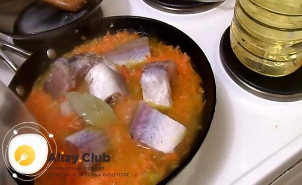 По рецепту для приготовления минтая тушеного с морковью и луком, добавьте специи
