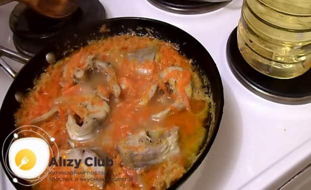 По рецепту для приготовления минтая тушеного с морковью и луком, подготовьте все необходимое