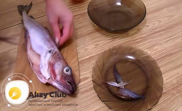 По рецепту для приготовления минтая тушеного с морковью и луком, нарежьте рыбу