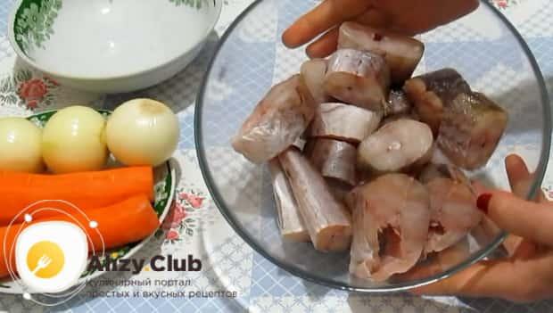 Для приготовления минтая тушеного в сметане с луком нарежьте рыбу